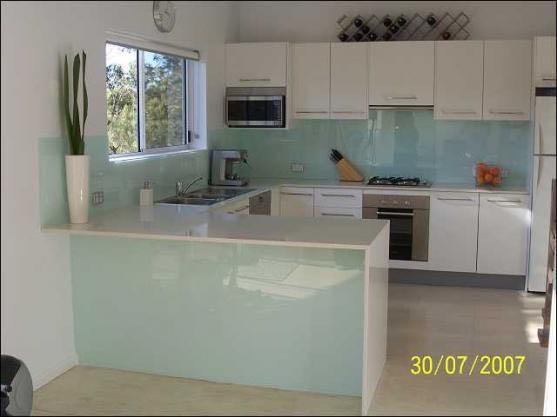 This Port Elliot client went for clear glass splashback for their kitchen to give it a more open feel