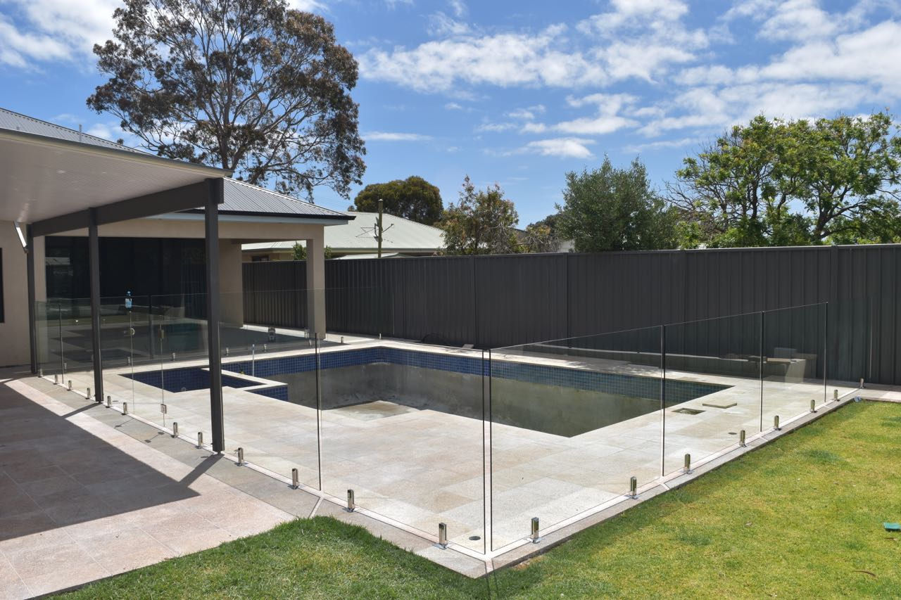 Frameless-Pool-Fencing